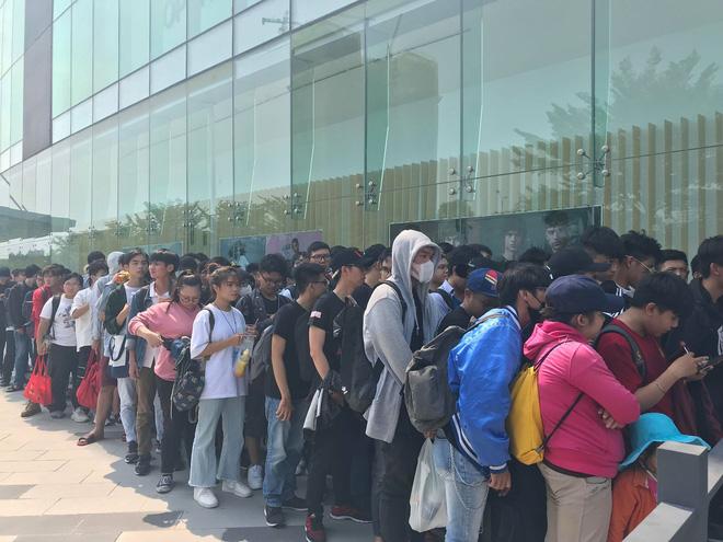HN - SG ngay lúc này: Bất chấp trưa nắng, fan Endgame tụ tập từ rất sớm, chen chúc xếp hàng chờ bom tấn - Ảnh 11.