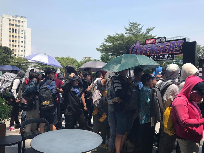 HN - SG ngay lúc này: Bất chấp trưa nắng, fan Endgame tụ tập từ rất sớm, chen chúc xếp hàng chờ bom tấn - Ảnh 8.