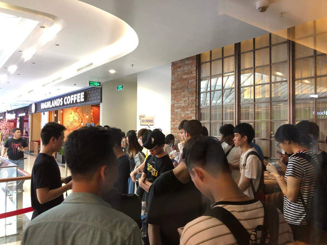 HN - SG ngay lúc này: Bất chấp trưa nắng, fan Endgame tụ tập từ rất sớm, chen chúc xếp hàng chờ bom tấn - Ảnh 3.
