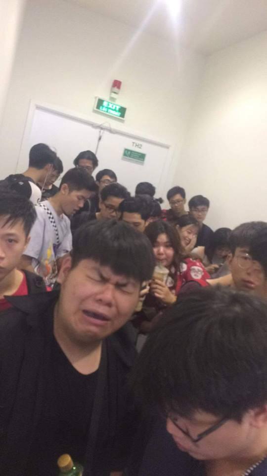 HN - SG ngay lúc này: Bất chấp trưa nắng, fan Endgame tụ tập từ rất sớm, chen chúc xếp hàng chờ bom tấn - Ảnh 5.