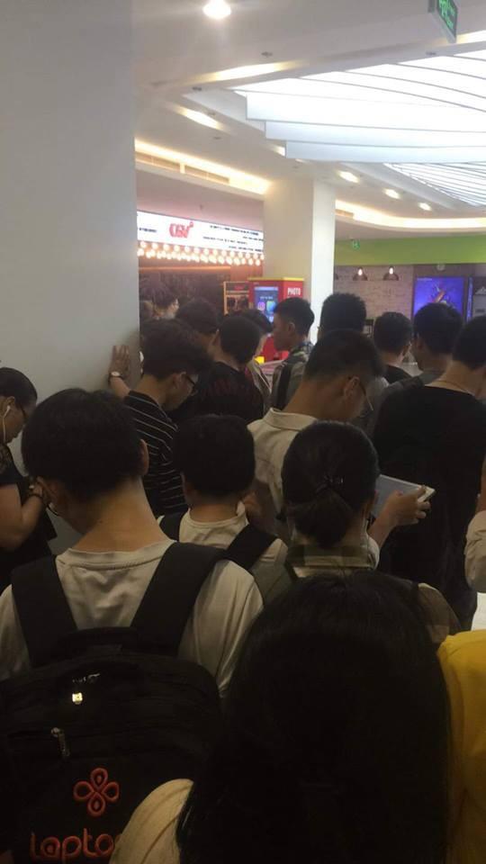 HN - SG ngay lúc này: Bất chấp trưa nắng, fan Endgame tụ tập từ rất sớm, chen chúc xếp hàng chờ bom tấn - Ảnh 4.
