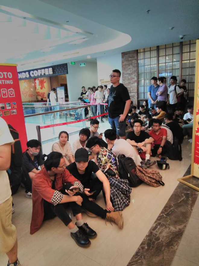 HN - SG ngay lúc này: Bất chấp trưa nắng, fan Endgame tụ tập từ rất sớm, chen chúc xếp hàng chờ bom tấn - Ảnh 7.