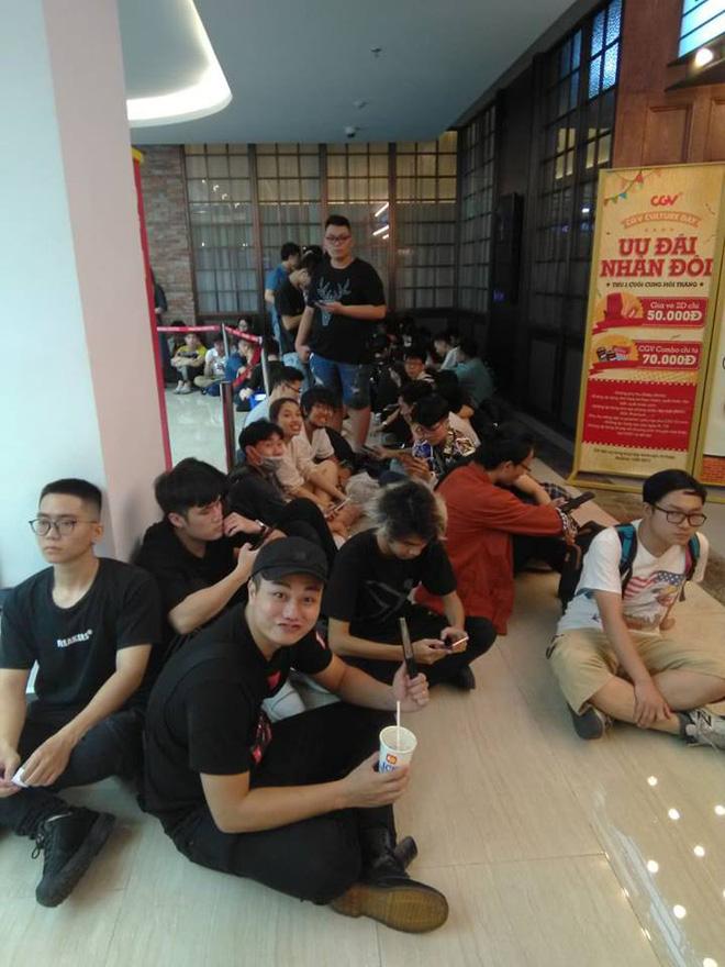 HN - SG ngay lúc này: Bất chấp trưa nắng, fan Endgame tụ tập từ rất sớm, chen chúc xếp hàng chờ bom tấn - Ảnh 6.
