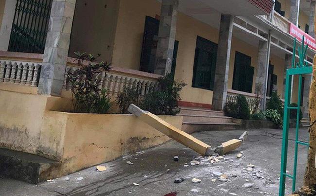 Hòa Bình: Nhiều học sinh bị cột bê tông trong trường rơi trúng đầu, 2 em chấn thương nặng nhập viện cấp cứu - Ảnh 1.