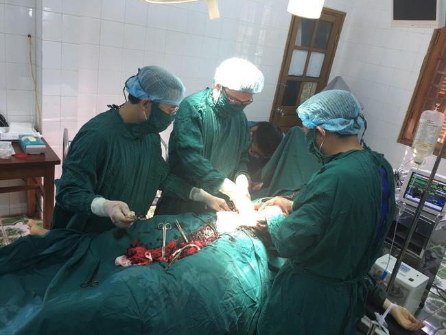 Huy động máu cứu sống sản phụ chửa ngoài tử cung vỡ ngập ổ bụng - Ảnh 2.