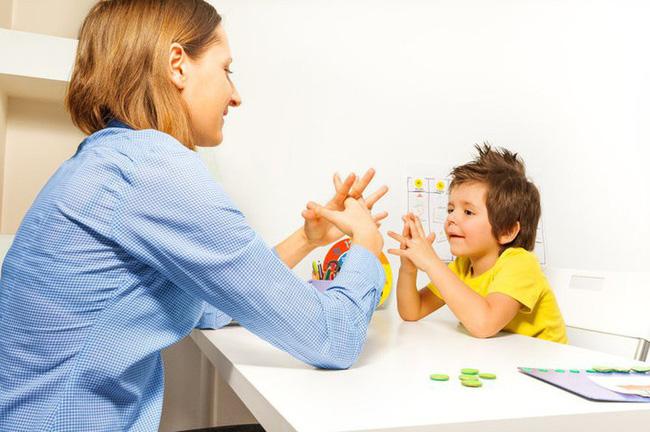 Đừng vội nghĩ con bị tự kỷ, con bạn có thể mắc chứng bệnh có dấu hiệu tương tự và chỉ sống được đến thời niên thiếu  - Ảnh 3.