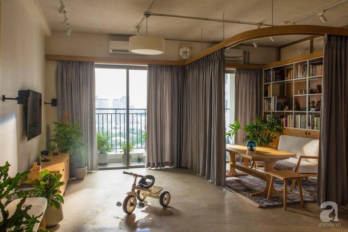 Cuộc sống vừa đủ của gia đình từ bỏ ngôi nhà rộng 200m² để chuyển đến căn hộ 70m² ngập tràn ánh sáng ở Sài Gòn - Ảnh 1.