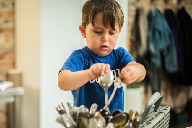 Trẻ có biểu hiện này chứng tỏ hiệu quả giáo dục của bố mẹ, cần tiếp tục phát huy để con lớn lên thành người tài giỏi - Ảnh 1.