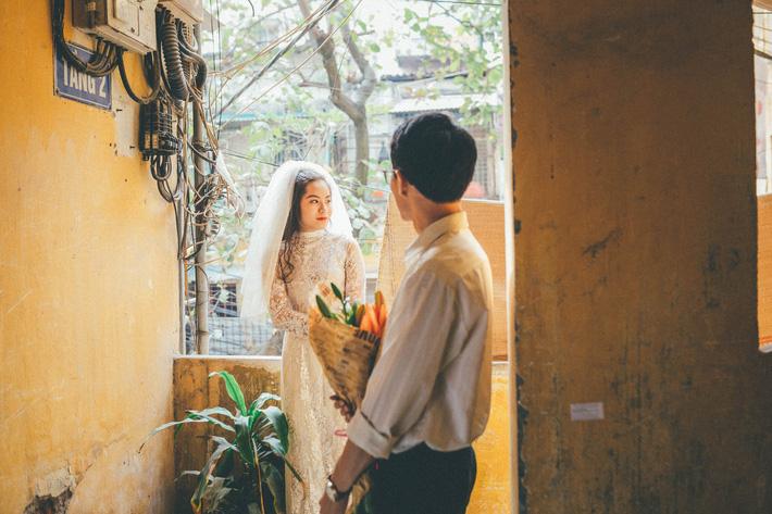 Cặp đôi mượn quần áo bố mẹ ra khu tập thể cũ chụp bộ ảnh cưới theo style thời bao cấp trong trẻo và bình yên quá đỗi - Ảnh 4.