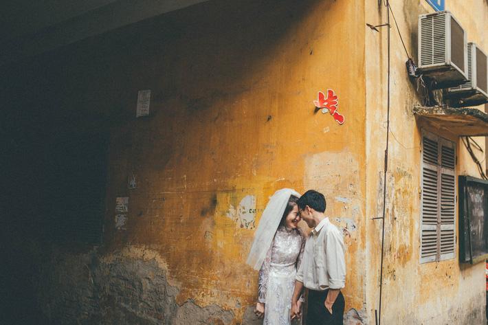Cặp đôi mượn quần áo bố mẹ ra khu tập thể cũ chụp bộ ảnh cưới theo style thời bao cấp trong trẻo và bình yên quá đỗi - Ảnh 12.