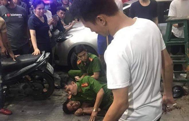 Cảnh sát khống chế nam thanh niên nghi ngáo đá chém trọng thương người đàn ông - Ảnh 1.
