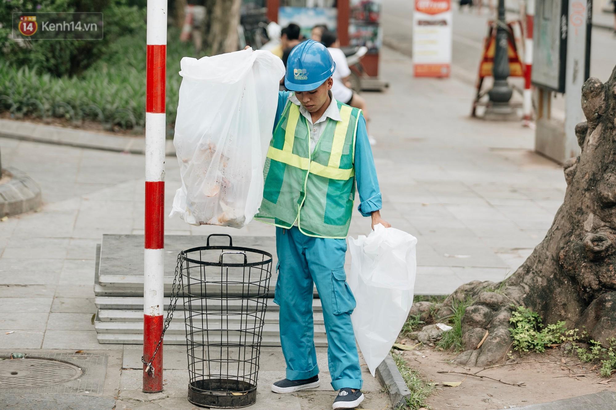 Phố đi bộ Hồ Gươm đẹp đẽ, sạch bong sau khi treo biển sẽ ghi hình, xử phạt 7 triệu đồng nếu vứt rác bừa bãi - Ảnh 11.