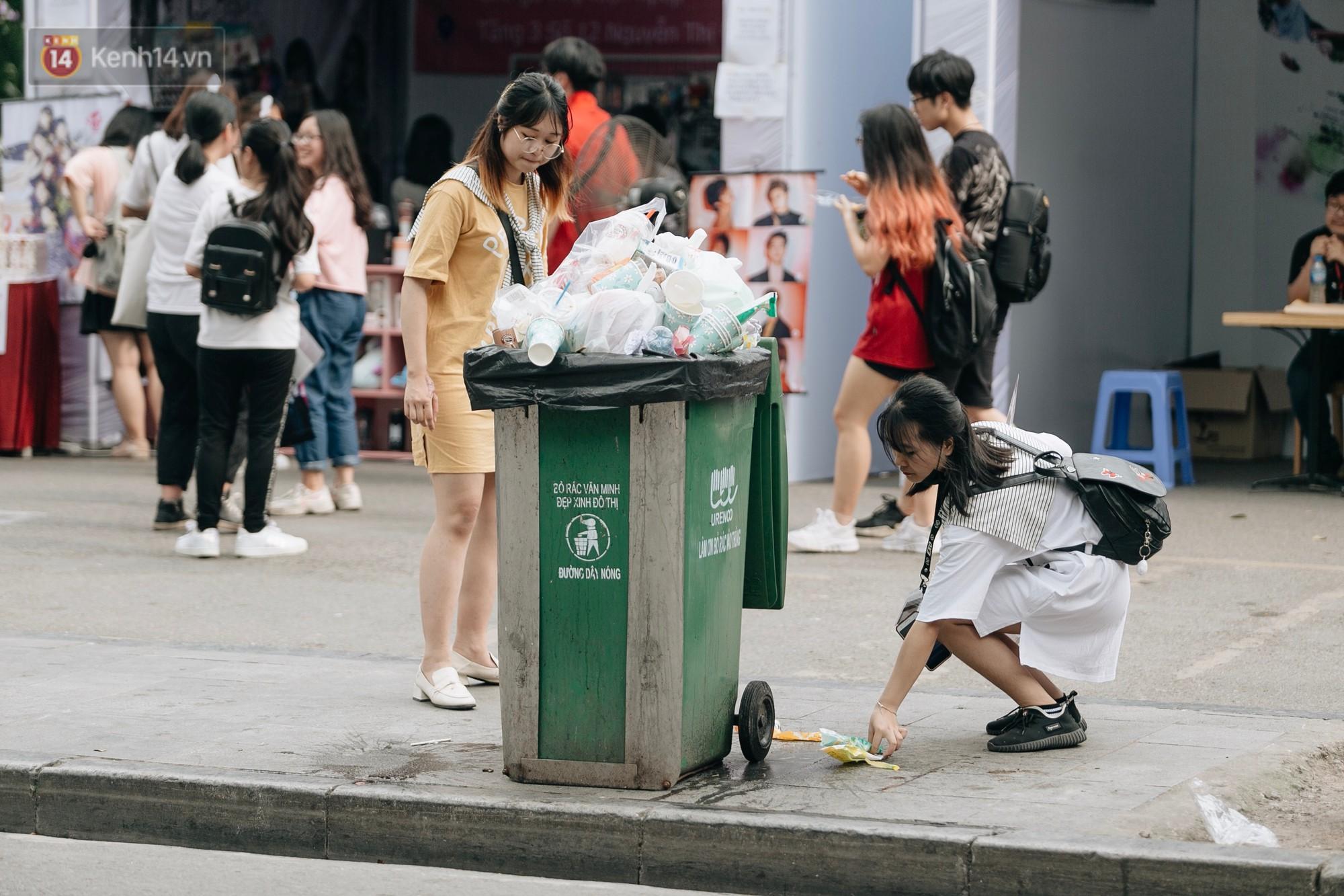 Phố đi bộ Hồ Gươm đẹp đẽ, sạch bong sau khi treo biển sẽ ghi hình, xử phạt 7 triệu đồng nếu vứt rác bừa bãi - Ảnh 8.
