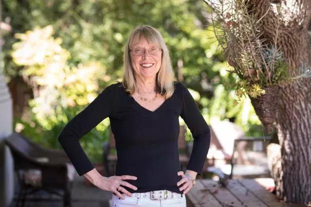 Esther Wojcicki: Bà mẹ nuôi dạy 3 con gái thành CEO Youtube và giáo sư đại học với quan điểm không tin vào ai khác, chỉ tin bản thân mình - Ảnh 1.