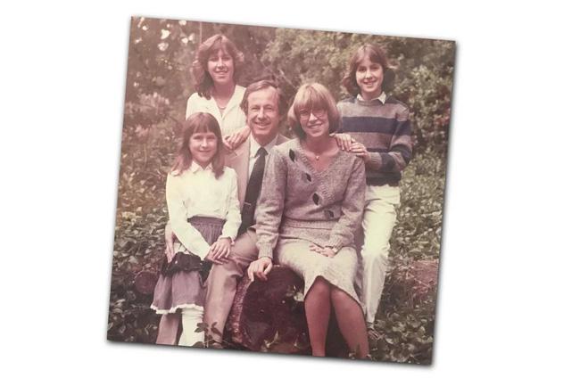 Esther Wojcicki: Bà mẹ nuôi dạy 3 con gái thành CEO Youtube và giáo sư đại học với quan điểm không tin vào ai khác, chỉ tin bản thân mình - Ảnh 3.