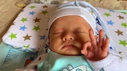 Cậu bé sơ sinh đốn tim cộng đồng mạng vì đôi tay làm ký hiệu OK khi đang ngủ cực dễ thương
