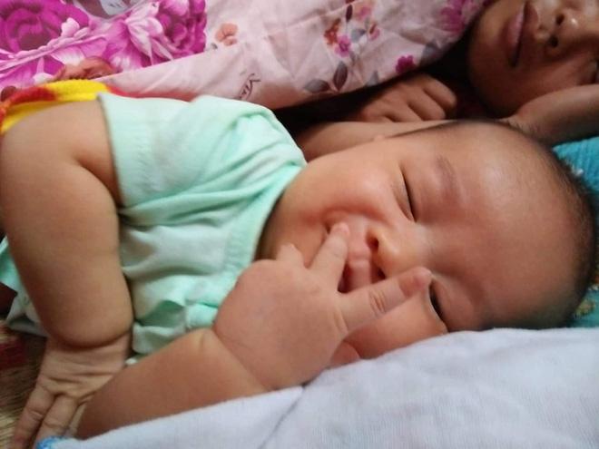 Cậu bé sơ sinh đốn tim cộng đồng mạng vì đôi tay làm ký hiệu OK khi đang ngủ cực dễ thương - Ảnh 8.