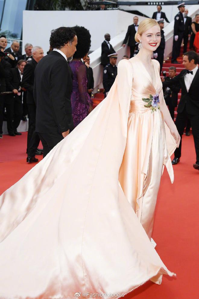 Thảm đỏ LHP Cannes 2019: Selena bức thở với vòng 1 khủng, Ella Fanning như bà hoàng bên dàn siêu mẫu Victorias Secret - Ảnh 8.