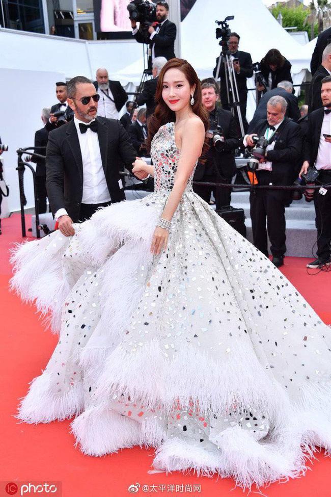 Thất vọng với gương mặt bóng dầu, cứng đờ thiếu tự nhiên của nữ hoàng băng giá Jessica Jung trên thảm đỏ Cannes  - Ảnh 1.