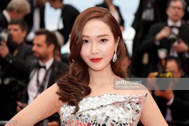 Thất vọng với gương mặt bóng dầu, cứng đờ thiếu tự nhiên của nữ hoàng băng giá Jessica Jung trên thảm đỏ Cannes  - Ảnh 3.