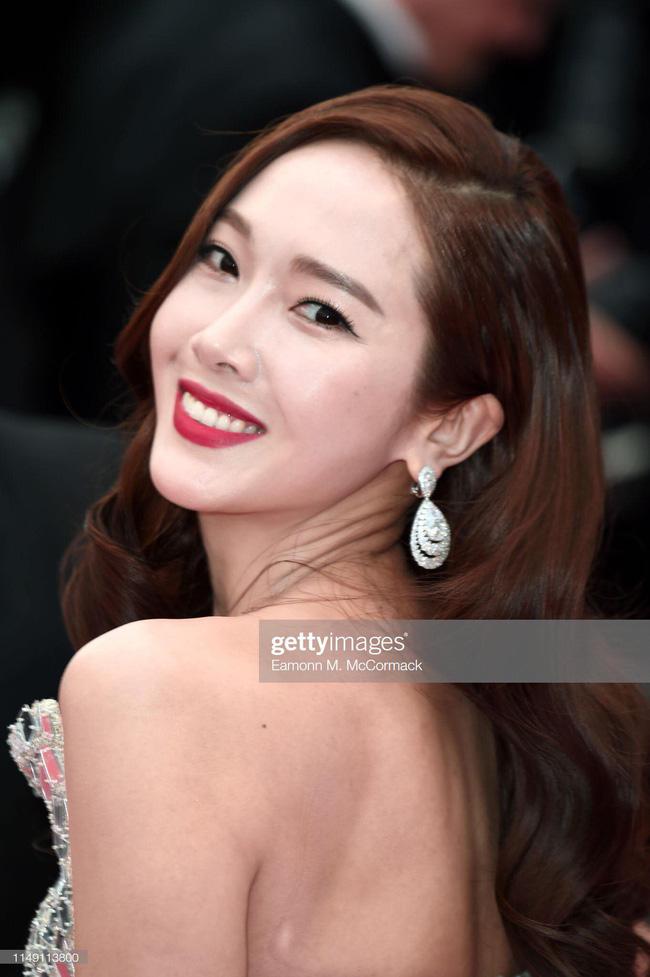 Thất vọng với gương mặt bóng dầu, cứng đờ thiếu tự nhiên của nữ hoàng băng giá Jessica Jung trên thảm đỏ Cannes  - Ảnh 4.