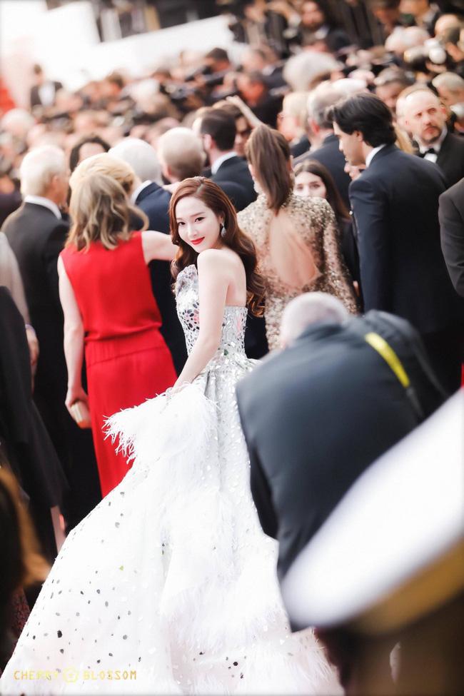 Thất vọng với gương mặt bóng dầu, cứng đờ thiếu tự nhiên của nữ hoàng băng giá Jessica Jung trên thảm đỏ Cannes  - Ảnh 2.