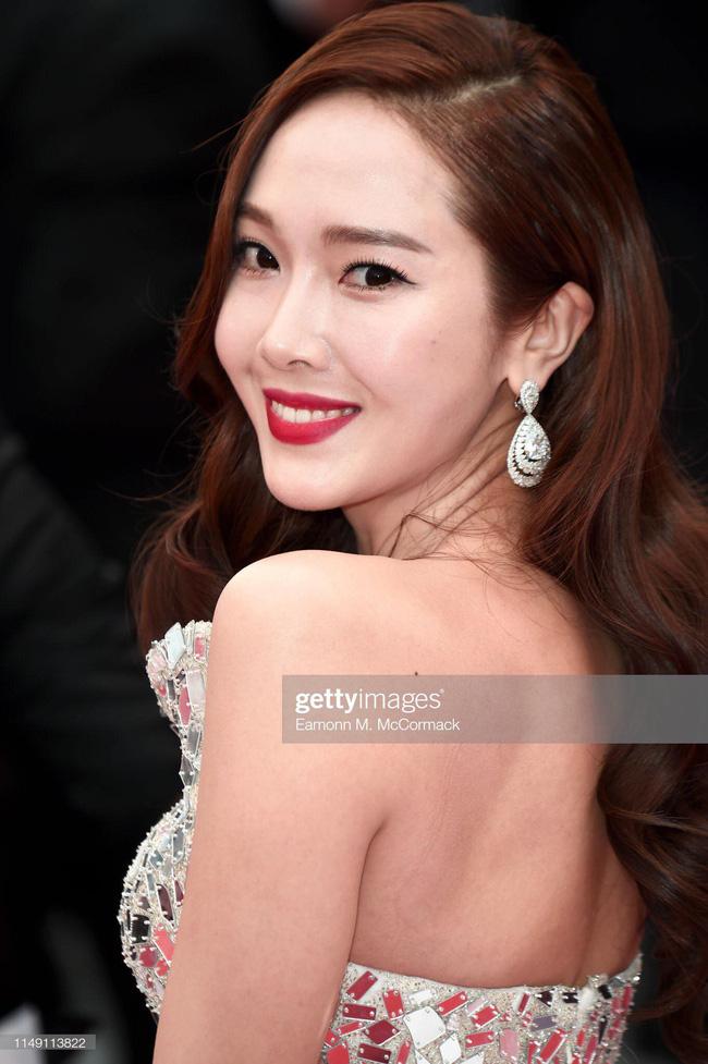 Thất vọng với gương mặt bóng dầu, cứng đờ thiếu tự nhiên của nữ hoàng băng giá Jessica Jung trên thảm đỏ Cannes  - Ảnh 5.