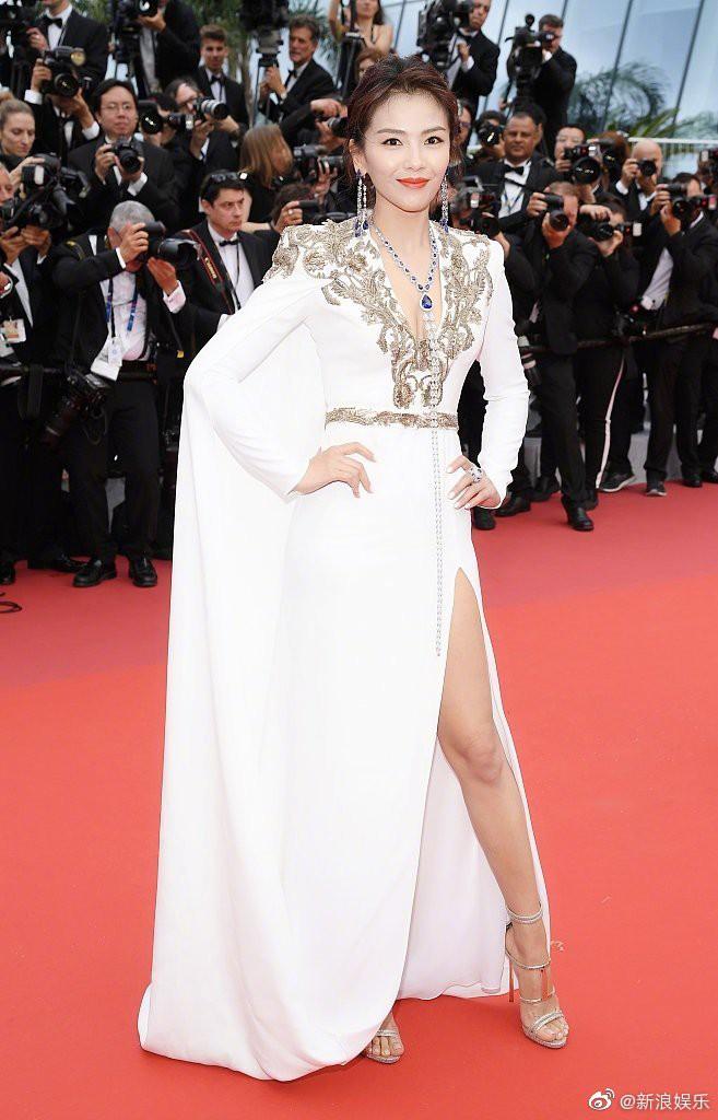 Thảm đỏ LHP Cannes 2019: Selena bức thở với vòng 1 khủng, Ella Fanning như bà hoàng bên dàn siêu mẫu Victorias Secret - Ảnh 38.