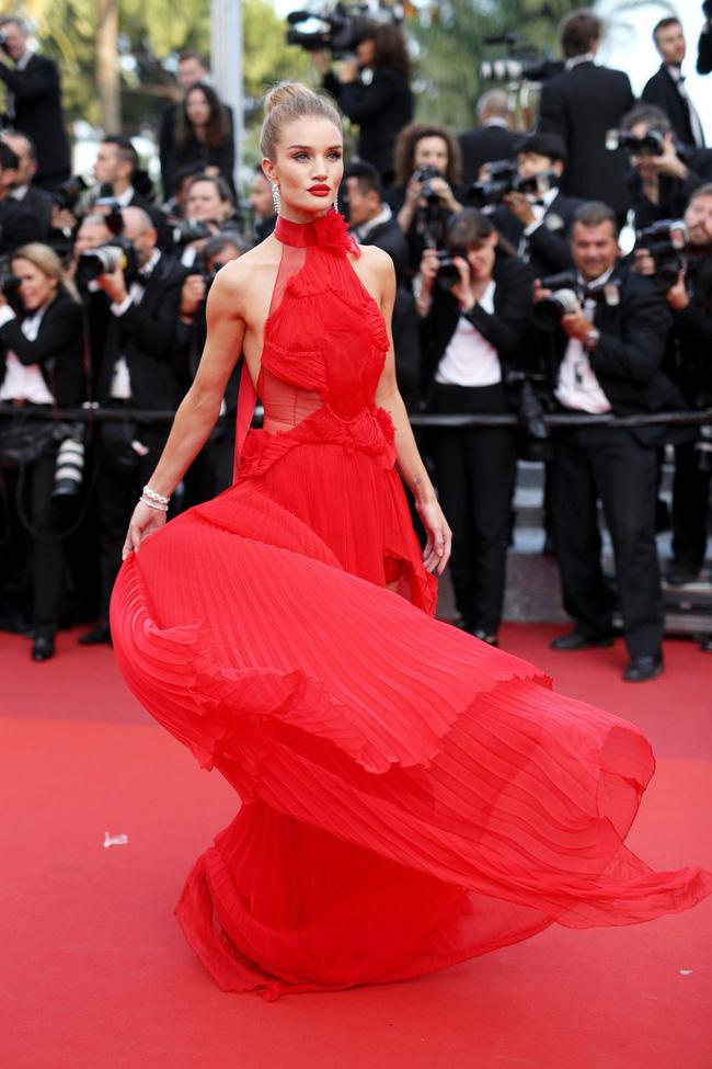 Những bộ đầm đỏ đẹp nhất qua các mùa Cannes: Phạm Băng Băng với  xưng danh nữ hoàng thảm đỏ nhưng vẫn thua hẳn Lý Nhã Kỳ  - Ảnh 8.