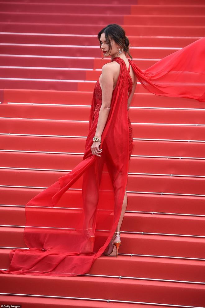 Thảm đỏ Cannes ngày 2: Thiên thần Victorias Secret suýt lộ hàng, Phạm Băng Băng Thái Lan xinh như tiên tử - Ảnh 1.