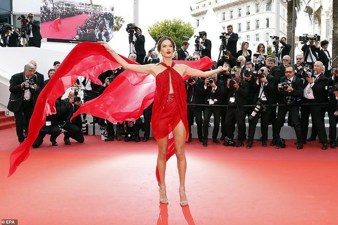 Thảm đỏ Cannes ngày 2: Thiên thần Victorias Secret suýt lộ hàng, Phạm Băng Băng Thái Lan xinh như tiên tử - Ảnh 6.