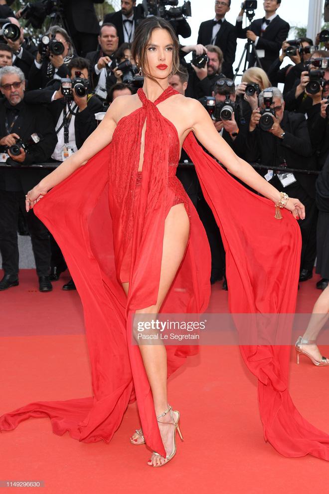 Thảm đỏ Cannes ngày 2: Thiên thần Victorias Secret suýt lộ hàng, Phạm Băng Băng Thái Lan xinh như tiên tử - Ảnh 3.