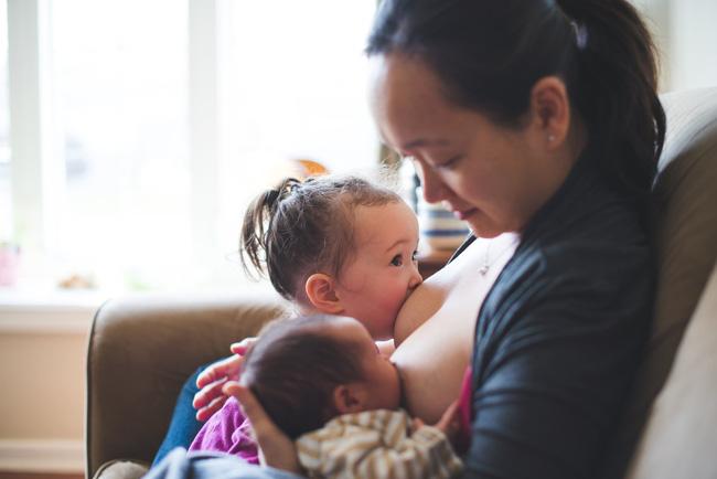 Có thể mẹ chưa biết: nuôi con bằng sữa mẹ với con thứ hai bao giờ cũng khác so với con đầu - Ảnh 1.