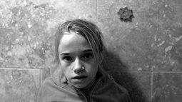 Bi kịch tuổi thơ đầy u tối của 'cô gái sau khung cửa sổ' và những hậu quả đau đớn khiến em phải gánh lấy cả cuộc đời sau này