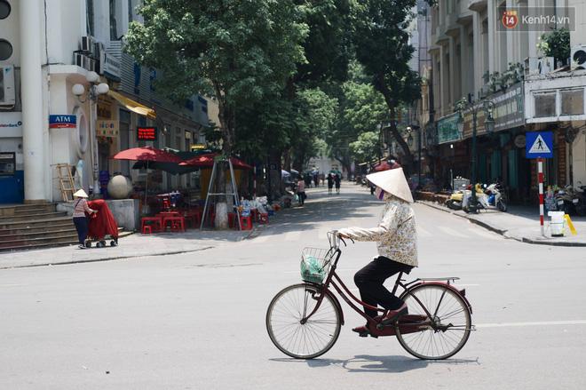"""Mùng 1 Tết có là gì vì đường sá Hà Nội ngày nóng như """"đổ lửa"""" còn vắng hơn nhiều - Ảnh 9."""