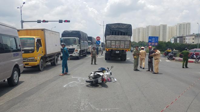 Va chạm giao thông, 2 người phụ nữ cùng 1 bé gái 5 tuổi thương vong sau khi đi khám bệnh ở Sài Gòn - Ảnh 1.
