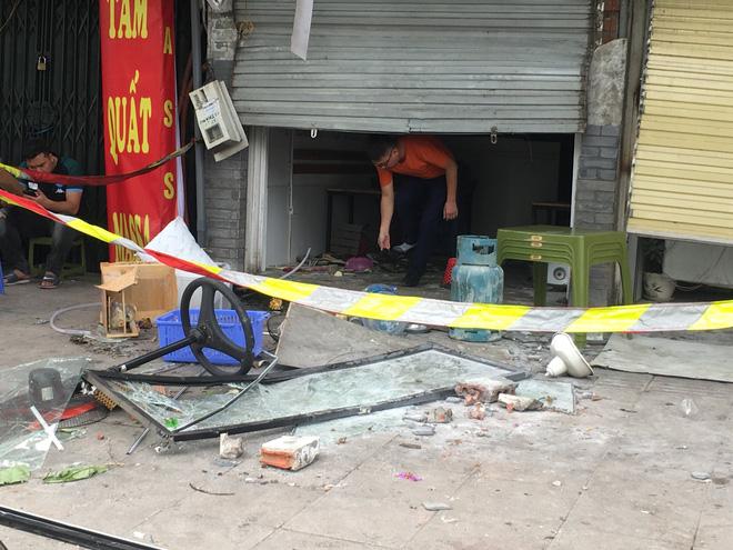 Hà Nội: Nhiều cửa sổ nhà hàng bắn tung tóe sau tiếng nổ lớn lúc nửa đêm  - Ảnh 6.