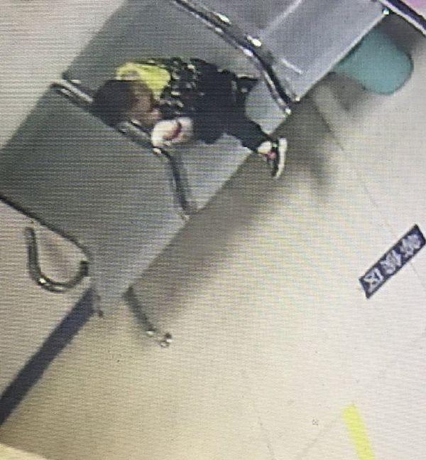 Bé trai 6 tuổi lơ ngơ một mình trong tiệm KFC, cảnh sát gặng hỏi không nói nhưng mảnh giấy trong túi em tiết lộ ý định nhẫn tâm của bà mẹ - Ảnh 2.