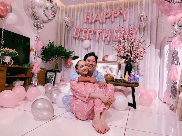 Nhã Phương khoe vai trần gợi cảm, e ấp bên Trường Giang trong tiệc mừng sinh nhật - Ảnh 4.