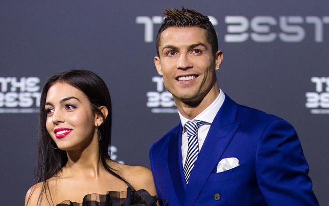 Chẳng cần hở bạo như Ngọc Trinh, bạn gái Ronaldo vẫn khiến fan ná thở vì quá xinh đẹp, nóng bỏng và thần thái ngút ngàn khi xuất hiện ở Cannes - Ảnh 6.