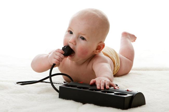 Sạc điện thoại nhưng quên không rút khỏi ổ điện, bà mẹ bất cẩn hại chết con gái 2 tuổi đầy thương tâm - Ảnh 2.