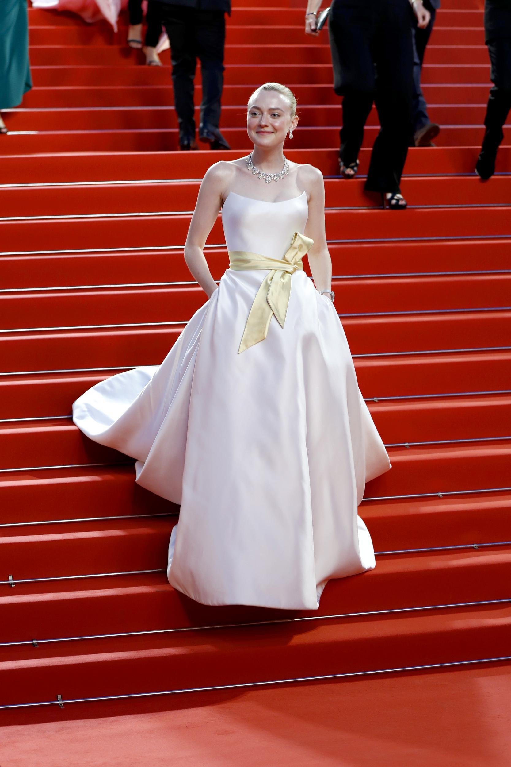 """Chẳng cần chiêu trò """"hở da thịt"""", 25 bộ cánh này vẫn được công nhận là đỉnh nhất Cannes 2019 - Ảnh 3."""