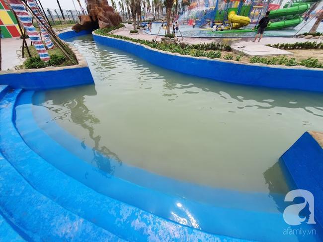 Mới mở cửa khai trương hơn 1 ngày, công viên nước Thanh Hà đã đục ngầu như ao, rác nổi khắp bể bơi - Ảnh 3.