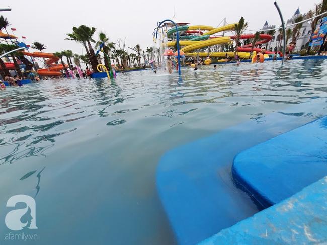 Mới mở cửa khai trương hơn 1 ngày, công viên nước Thanh Hà đã đục ngầu như ao, rác nổi khắp bể bơi - Ảnh 5.