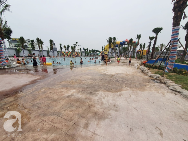 Mới mở cửa khai trương hơn 1 ngày, công viên nước Thanh Hà đã đục ngầu như ao, rác nổi khắp bể bơi - Ảnh 9.