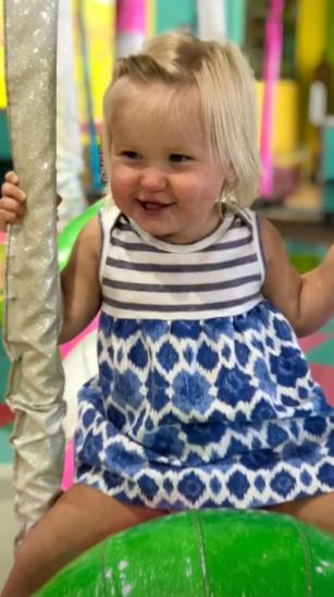 Hoa khôi bóng chuyền đăng bức ảnh tròn 1 năm ngày mất của con gái 19 tháng và bài học đau lòng không bao giờ quên - Ảnh 1.