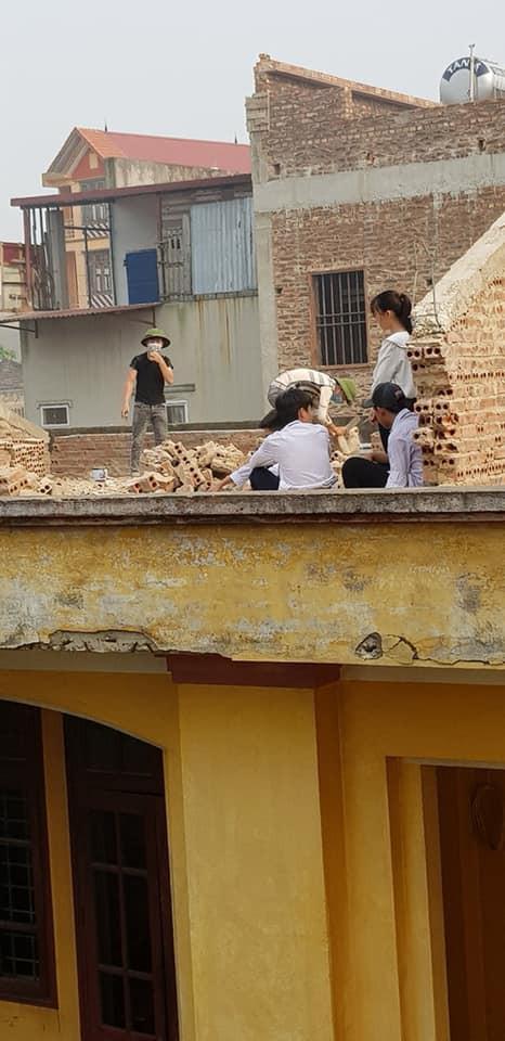 Xôn xao hình ảnh phạt 10 học sinh trèo lên mái nhà đẽo gạch giữa trời nắng nóng, hiệu trưởng nói gì? - Ảnh 2.