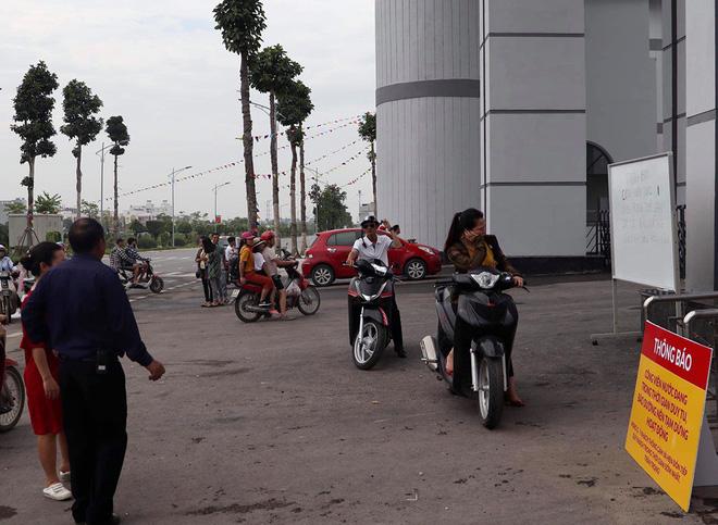 Công viên nước Thanh Hà tạm dừng hoạt động sau sự cố bé trai đuối nước, nhiều gia đình từ xa đến đành quay về - Ảnh 3.
