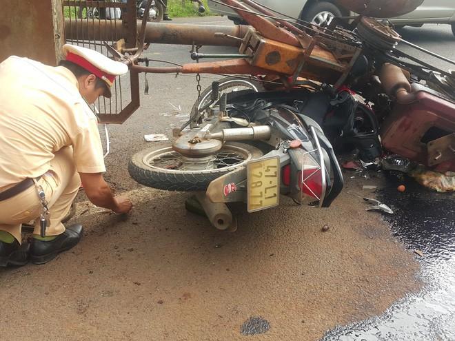 Chiếc xe máy của cặp vợ chồng bị cuốn vào gầm xe máy cày, 10 người bị thương - Ảnh 2.