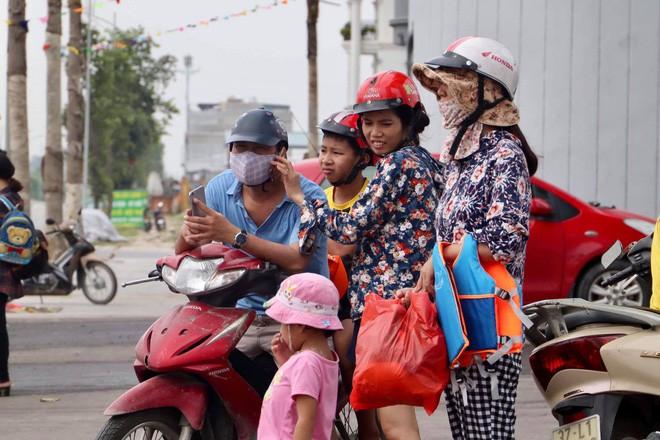 Công viên nước Thanh Hà tạm dừng hoạt động sau sự cố bé trai đuối nước, nhiều gia đình từ xa đến đành quay về - Ảnh 4.